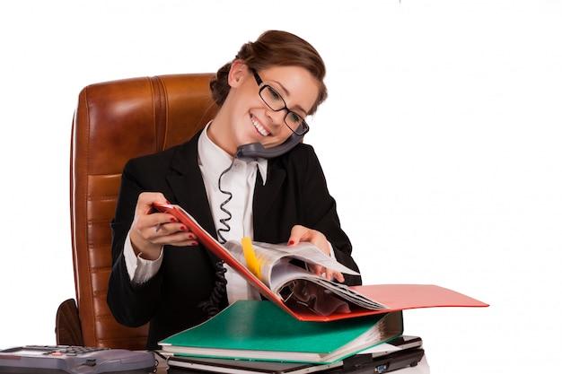 Mulher de negócios maduros confiante sentado na escada, comunicando-se com alguém