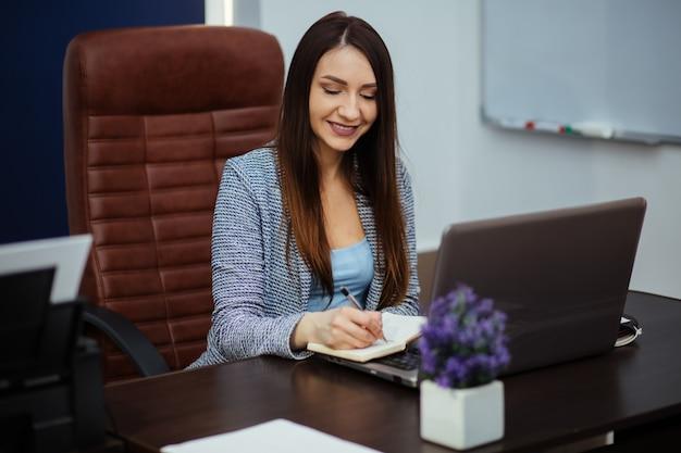 Mulher de negócios mantém registros sorrindo, conceito do negócio