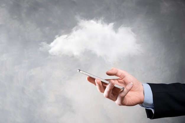 Mulher de negócios, mantendo a rede de computação em nuvem do ícone e informações de dados de conexão do ícone na mão. conceito de computação e tecnologia em nuvem.