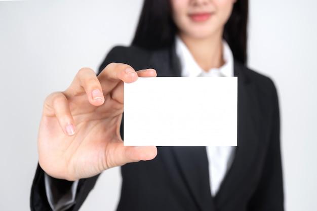 Mulher de negócios, mantendo e mostrando o cartão vazio ou cartão de nome