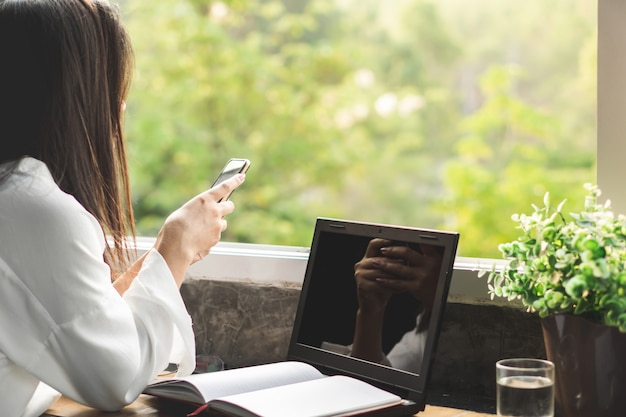Mulher de negócios mão segurando o telefone inteligente