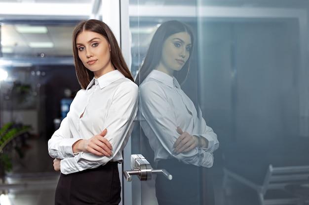 Mulher de negócios moderna e bonita no escritório com espaço de cópia