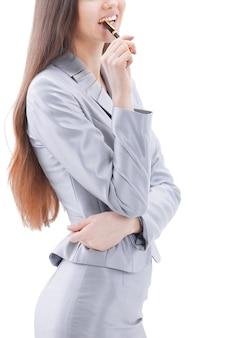Mulher de negócios moderna olhando para o espaço da cópia.