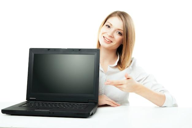 Mulher de negócios mostrando a tela do laptop isolada sobre um fundo branco