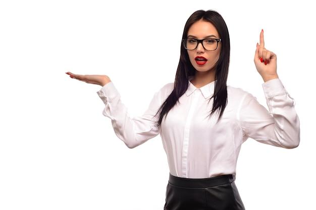 Mulher de negócios mostrando na palma da mão