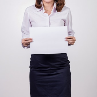 Mulher de negócios, mostrando o papel branco em branco.