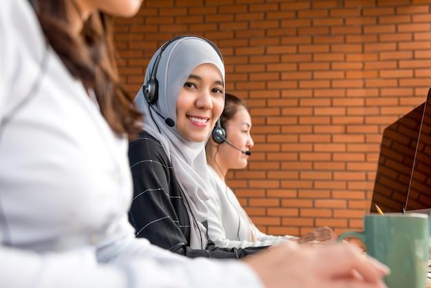 Mulher de negócios muçulmana trabalhando em call center