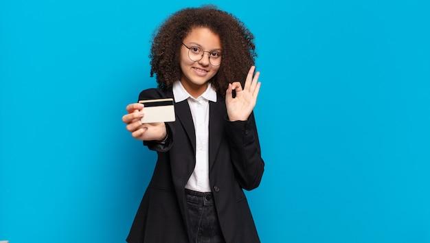 Mulher de negócios muito afro com um cartão de crédito. conceito de compras online