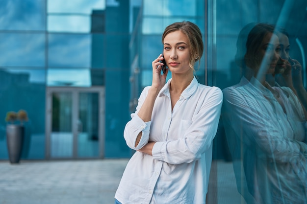 Mulher de negócios mulher bem sucedida pessoa de negócios ao ar livre