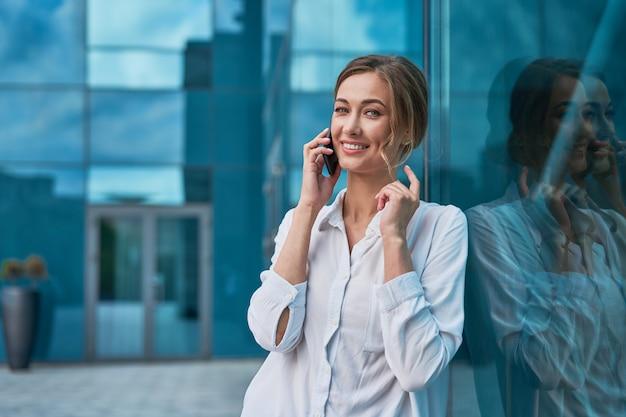 Mulher de negócios mulher bem sucedida pessoa de negócios ao ar livre Foto Premium