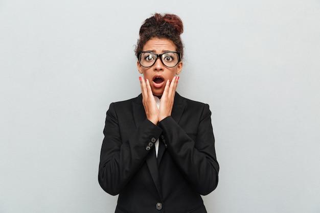 Mulher de negócios na áfrica jovem chocada