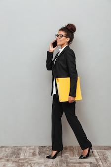 Mulher de negócios na áfrica jovem em cima de parede cinza
