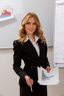 Mulher de negócios na apresentação do professor de plano de negócios está ensinando aos alunos a vida empresarial