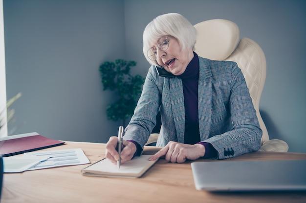 Mulher de negócios na mesa trabalhando com laptop