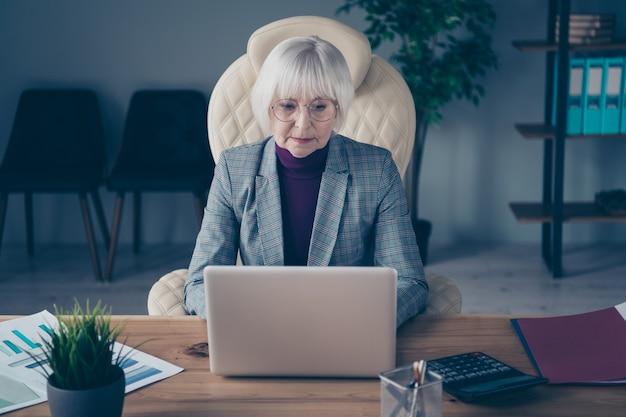 Mulher de negócios na mesa trabalhando em seu laptop