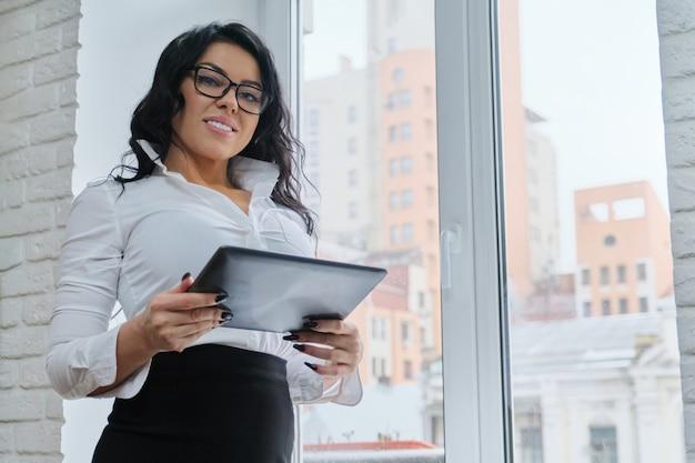 Mulher de negócios na moda bonita com tablet digital