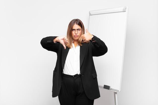Mulher de negócios negativa em frente a um quadro branco