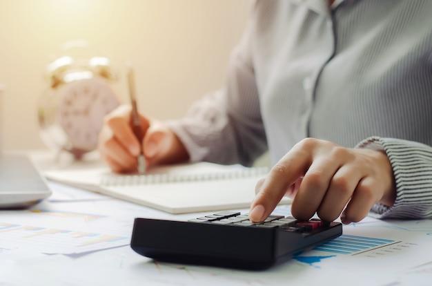 Mulher de negócios no conceito de planejamento de dedução fiscal calcular dedução fiscal em 2022 empresário calcular