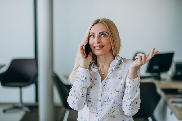 Mulher de negócios no escritório usando o telefone