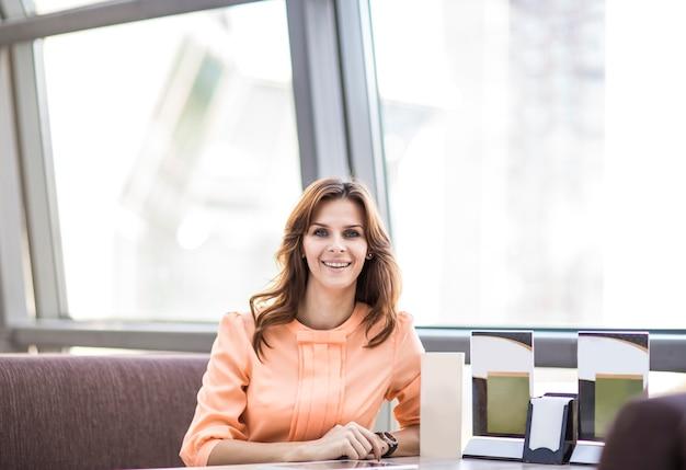 Mulher de negócios no local de trabalho. estilo de vida. a mulher chefe. tecnologia