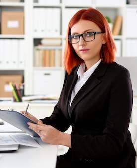 Mulher de negócios no local de trabalho no escritório