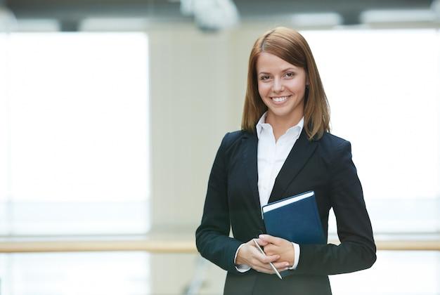 Mulher de negócios no sorriso do escritório