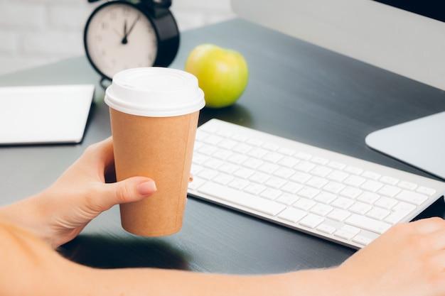 Mulher de negócios no trabalho com laptop fechar