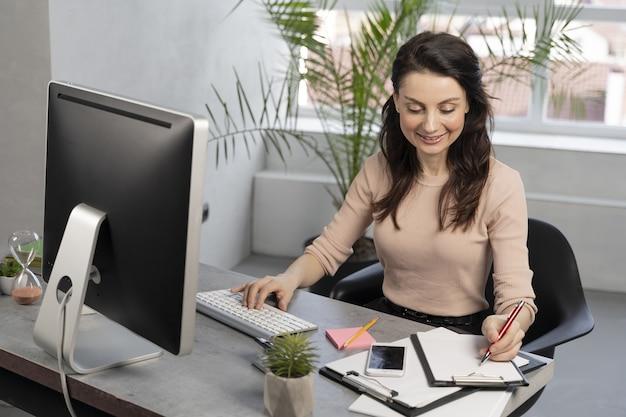 Mulher de negócios no trabalho
