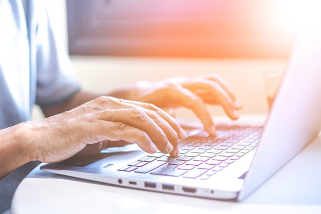 Mulher de negócios nova asiática que trabalha em seu portátil. economia digital.
