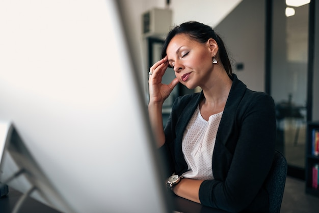 Mulher de negócios nova esgotada forçada fora do trabalho.