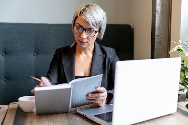Mulher de negócios ocupada no modelo de escritório