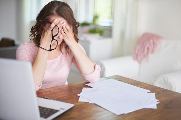 Mulher de negócios ocupada trabalhando em casa