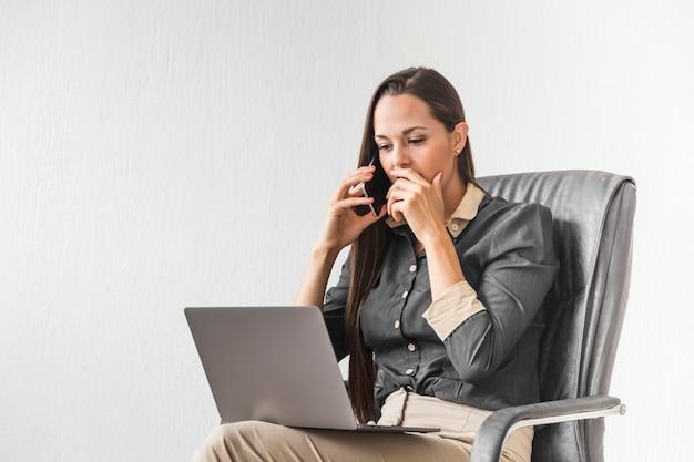 Mulher de negócios olhando estressado