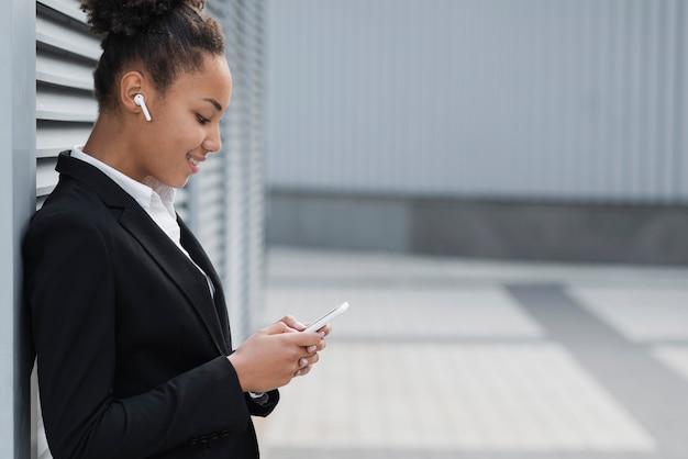 Mulher de negócios olhando no dispositivo