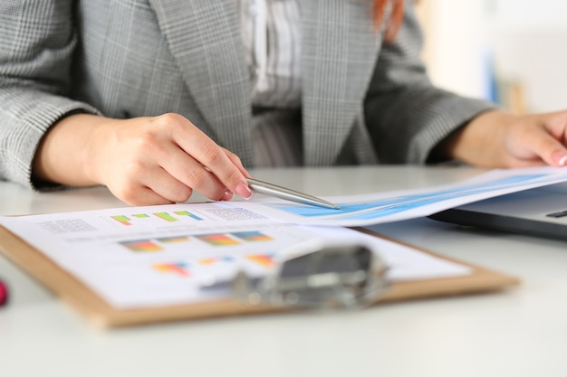 Mulher de negócios olhando para gráficos. gerente ou auditor lendo relatórios