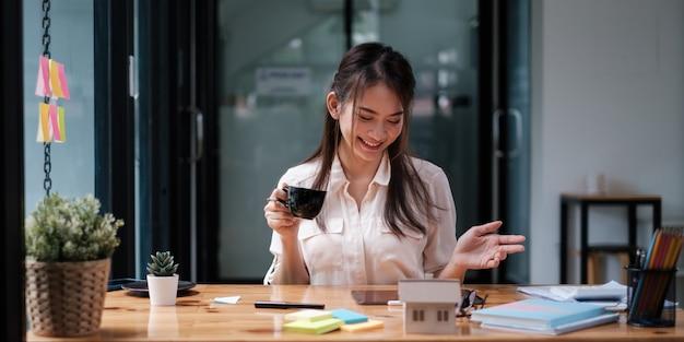 Mulher de negócios ou corretor, verificando o papel do acordo do contrato com o cliente para assinar o contrato. conceito de bens imobiliários e acordo.