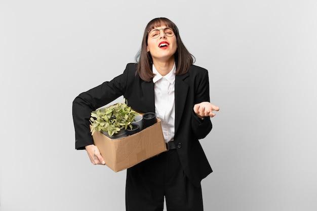 Mulher de negócios parecendo desesperada e frustrada, estressada, infeliz e irritada, gritando e gritando