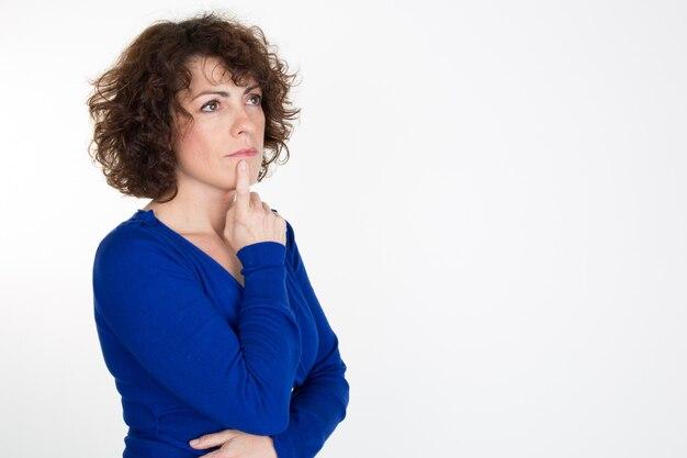 Mulher de negócios pensativo olhando para cima - isolado sobre um fundo branco