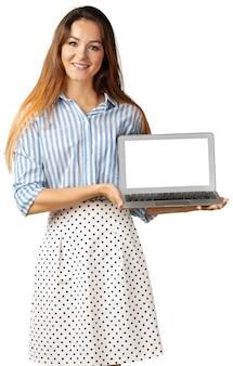 Mulher de negócios permanente com laptop isolado no branco
