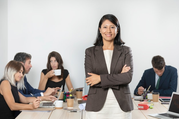 Mulher de negócios, posando de terno no escritório