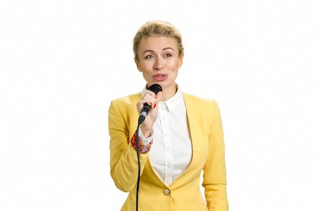 Mulher de negócios positiva com microfone