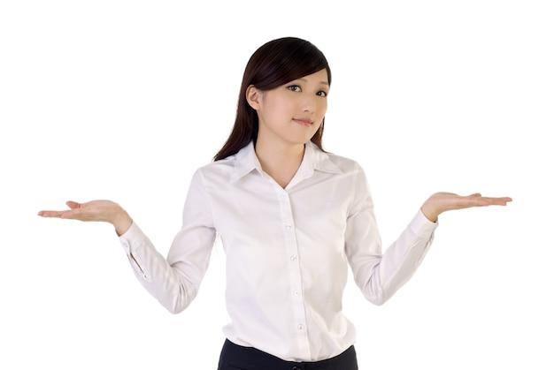 Mulher de negócios preocupada abre os braços.