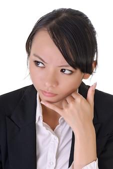 Mulher de negócios preocupada com o gesto do telefone, closeup retrato em fundo branco.