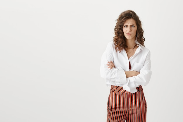 Mulher de negócios preocupada e pensativa franzindo a testa e descontente