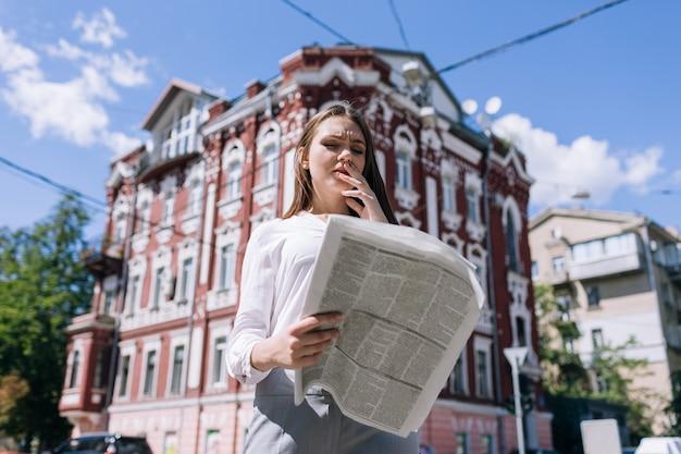 Mulher de negócios preocupada lendo más notícias