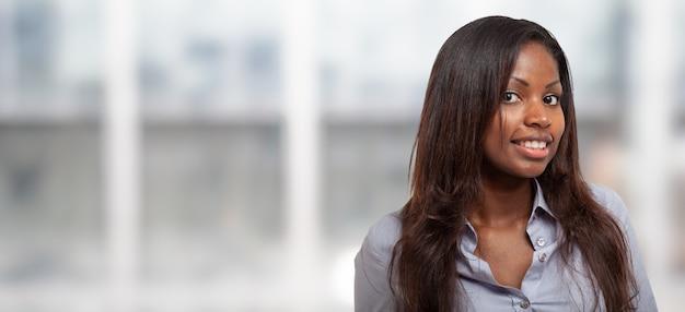 Mulher de negócios preto jovem em um quarto brilhante