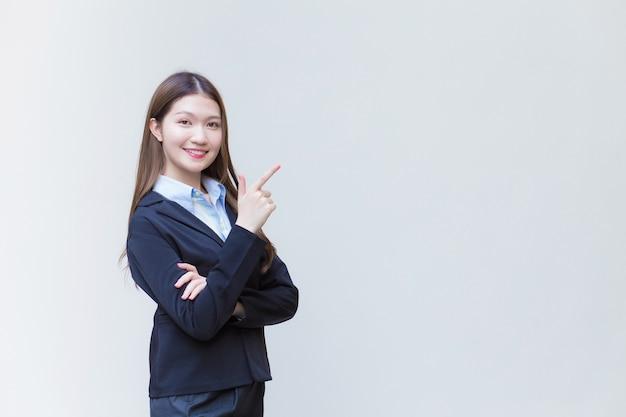 Mulher de negócios profissional asiática que tem cabelo comprido usa um terno formal preto com camisa azul