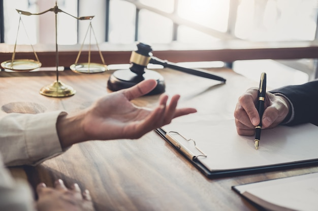 Mulher de negócios profissional e advogados do sexo masculino trabalhando e discussão, tendo no escritório de advocacia no escritório