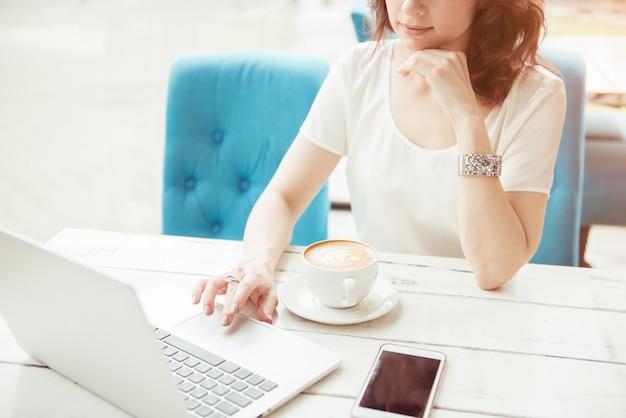 Mulher de negócios profissional no trabalho com as mãos do laptop fechar