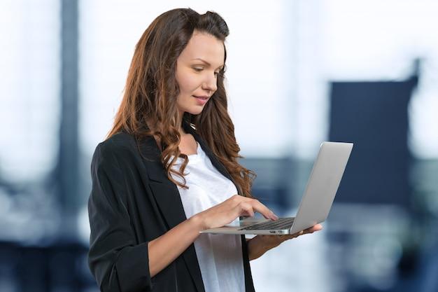 Mulher de negócios profissional, segurando um laptop